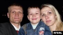 Сяргей Каваленка з жонкай і сынам