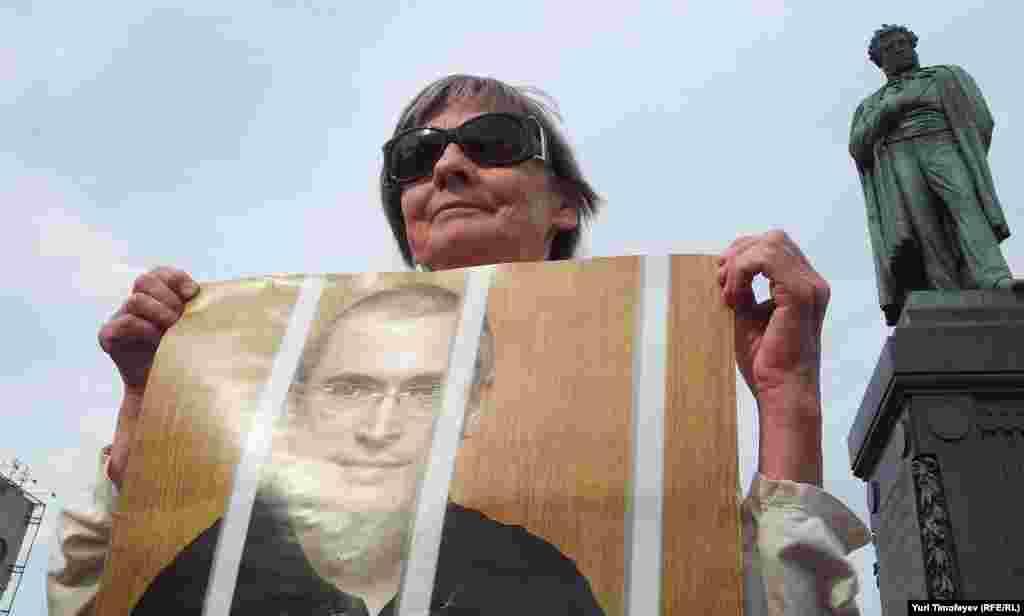 Обычное дело. 10 оппозиционеров и 50 журналистов поздравляют Ходорковского с днем рождения