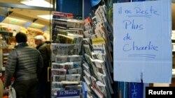 """Надпись, сделанная от руки, в торговой точке гласит: """"Charlie не осталось"""". Париж, 14 января 2015 года."""