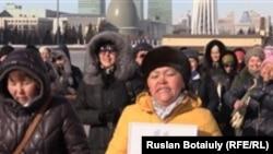 Жители дачного поселка Щебсклад под Астаной подают петицию в Национальную комиссию по делам женщин и семейно-демографической политике. Астана, 6 марта 2015 года.