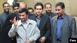 علیرضا احمدی (راست) همراه محمود احمدی نژاد در پارلمان دانش آموزی ایران. (عکس: فارس)