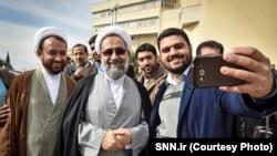 «دولت بهار» می گوید که مدیرکل میز اسرائیل زمانی دستگیر شد که حیدر مصلحی (وسط) وزیر اطلاعات بود.