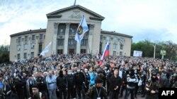 Пророссийские активисты перед зданием управления полиции Луганска, 29 апреля 2014