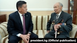 Сооронбай Жээнбеков жана Корчубек Акназаров.