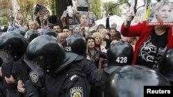Мітинг прихильників Тимошенко під стінами Печерського суду, серпень 2011 року