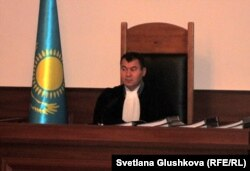 Cудья Ерлан Космуратов на судебном заседании по делу Серика Баймаганбетова. Астана, 19 сентября 2012 года.