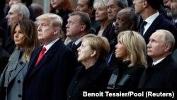 در مراسم روز یکشنبه پوتین، بریژیت مکرون، مرکل، ترامپ و ملانیا ترامپ در کنار یکدیگر