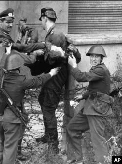 Умирающий Петер Фехтер, застреленный при попытке бежать. Август 1962 года.