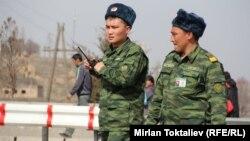 Кыргыз-казак чегиндеги кыргыз чек арачылары. 23-март, 2012.