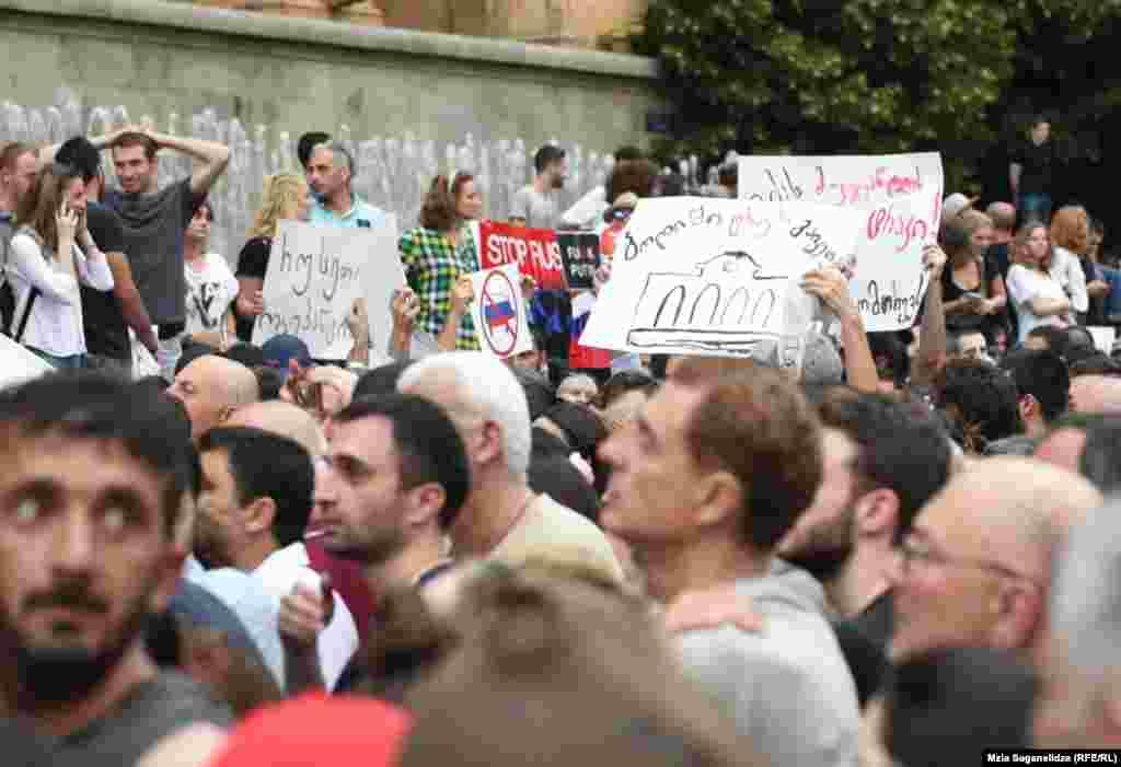 Протестующие требуют отставки председателя парламента и министра внутренних дел Грузии.