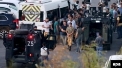 Турецька поліція заарештовує солдатів на площі Таксім в Стамбулі, 16 липня 2016 року.