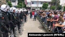 Promene na nivou opštinske vlasti u nekim gradovima Crne Gore bile su praćene i incidentima, uključujući i nasilne. Posebno u Budvi gde je zabeležena i ova fotografija u vreme protesta građana ispred policijske stanice zbog hapšenja lokalnih funkcionera 17. juna 2020.