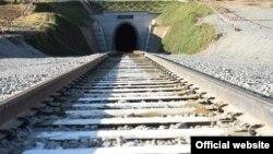 Dushanbe-Qo'rg'ontepa-Ko'lob temir yo'lidagi tunellardan biri.