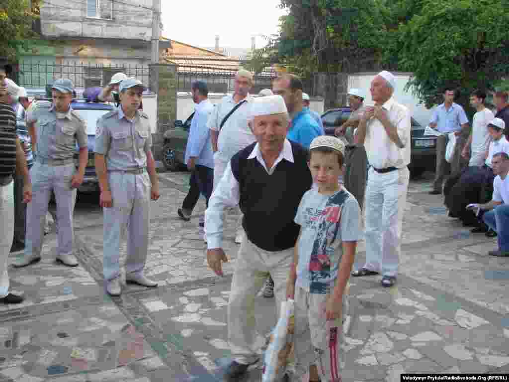 На намаз прийшли старші люди з внуками