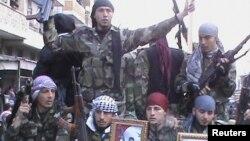 """""""Еркін Сирия"""" армиясының сарбаздары Марат әл-Нумандағы үкіметке қарсы шеруде. Сирия, 15 қаңтар 2012 жыл."""