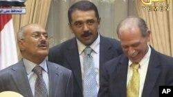جرالد فایرستین، سفیر آمریکا در یمن (سمت راست) و علی عبدالله صالح، رییسجمهوری پیشین یمن (چپ).