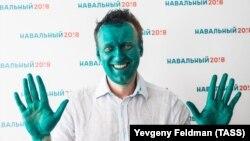 Алексей Навальный после нападения в Барнауле