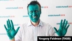 Бетіне әлдекімдер жасыл дәрі шашып кеткен Алексей Навальный Барнаулдағы штабының ашылу сәтінде. 20 наурыз 2017 жыл.