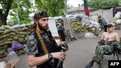 Мариупольде жүрген ресейшіл сепаратистер. Украина, 9 маусым 2014 жыл.