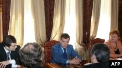 Дмитрий Медведев на встрече с лидерами внепарламентской оппозиции, 2009 г