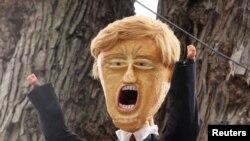 Halovendə Trump maskası