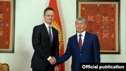 Венгриянын тышкы иштер министри Петер Сийярто менен президент Алмазбек Атамбаев,