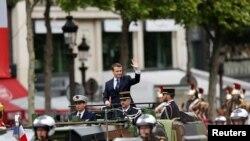 Президент Франции Эммануэль Макрон во время торжественного проезда по Елисейским полям в воскресенье