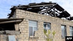 Tərtərdə dağılmış ev. Foto arxiv.