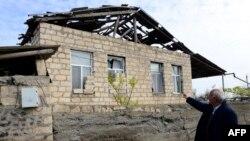 Линия соприкосновения -- Поврежденный в результате артобстрела дом в селе Гапанлы Тартарского района, 5 апреля 2016 г․