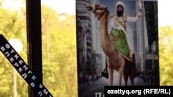 """Баннер фильма """"Диктатор"""" на окнах кинотеатра. Алматы, 24 мая 2012 года."""