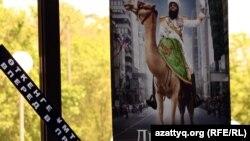 """Арман кинотеатрның алдына ілінген """"Диктатор"""" фильмінің плакаты. Алматы, 24 мамыр 2012 жыл."""