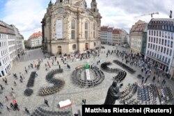 Кәсіпкерлердің қиын жағдайына назар аудартқан белгі. Дрездендегі орталық алаң. 1 мамыр 2020 жыл.