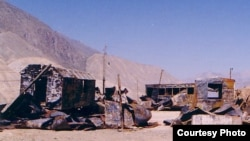 Баткен согушунда барымтага алынган жапон геологдорунун турак жайы. Баткен , 1999-жыл