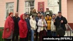 Асуджаныя і група падтрымкі ля Бабруйскага суду