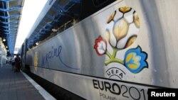 Hyundai Rotem компаниясында жасалып, капталына Евро-2012нин эмблемасы тартылган поезд Киевдин темир жол вокзалында. 28-май 2012