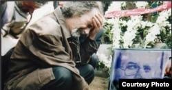 هوشنگ گلشیری بر سر مزار محمد مختاری