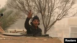 Участник антиправительственных сил в одном из западных кварталов Алеппо, 28 октября 2016