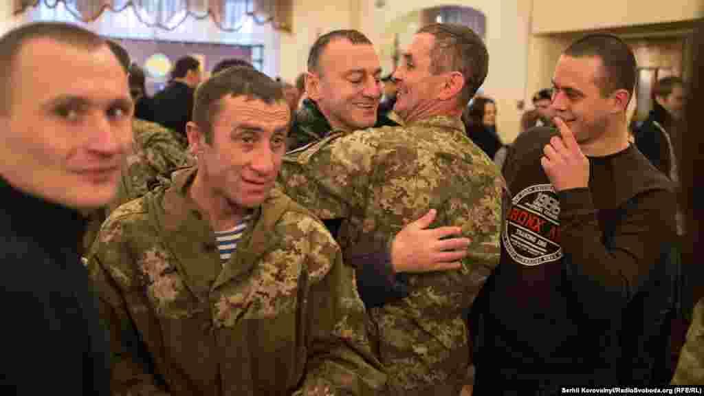 Бійці вітаються один з одним. Вони прийшли до Будинку офіцерів, щоби віддати шану загиблим побратимам