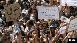 تجمع اعتراضی کارگران در سال ۱۳۸۶ مقابل مجلس شورای اسلامی.