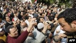 Египтяне показывают свои паспорта при входе на площадь Тахрир 1 февраля 2011 года