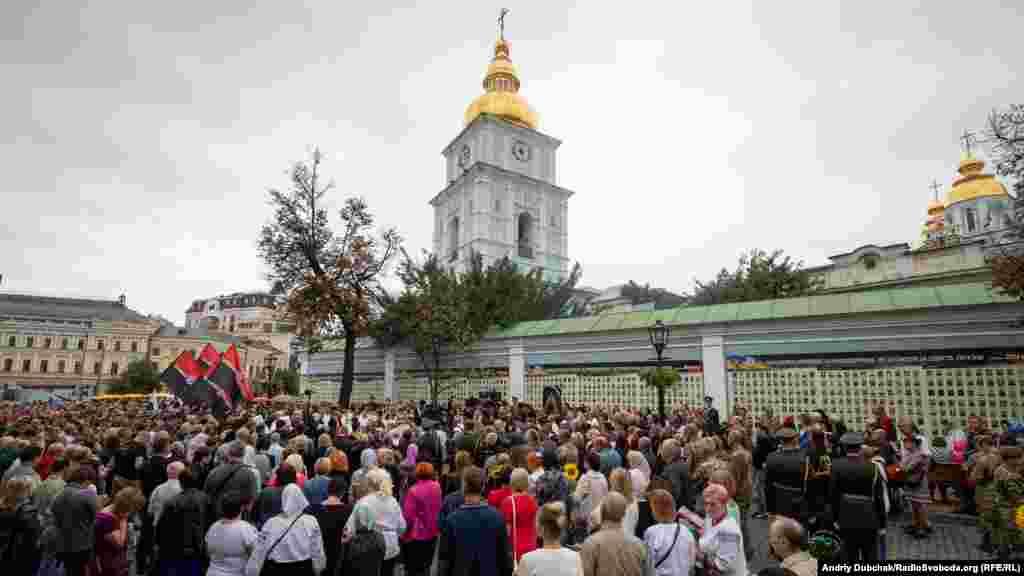 Вшанувати пам'ять загиблих до стін Михайлівського собору прийшло декілька сотень людей: сім'ї загиблих героїв, їхні побратими, друзі, представники громадських організацій