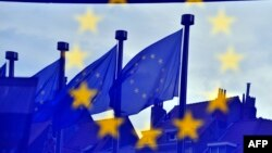 Флаги Евросоюза перед зданием Европарламента в Брюсселе.