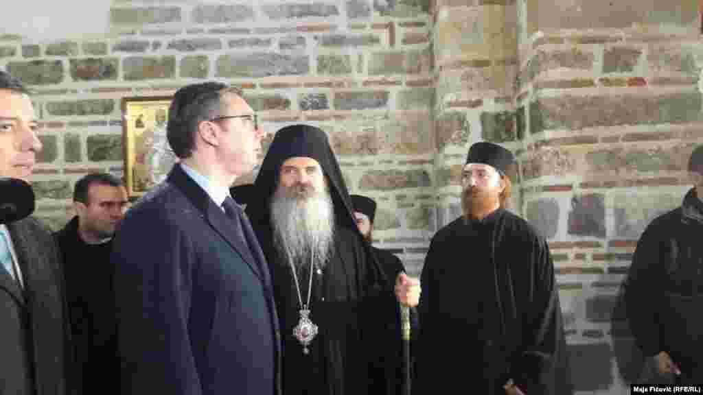 Presidenti i Serbisë, Aleksandar Vuçiq, gjatë vizitës në Banjskë u prit nga udhëheqësit e Manastirit.