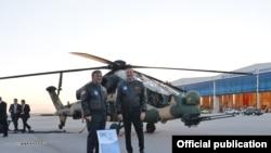 Президент Абдулла Гүл Азребайжан президенти Илхам Алиев менен Түркиянын авиа өнөр жай корпорациясында. 12-ноябрь 2013.