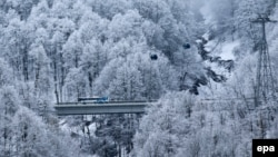 Автобсу, следующий специальным маршрутом из поселка Роза Хутор до остановки Красная Поляна близ Сочи.