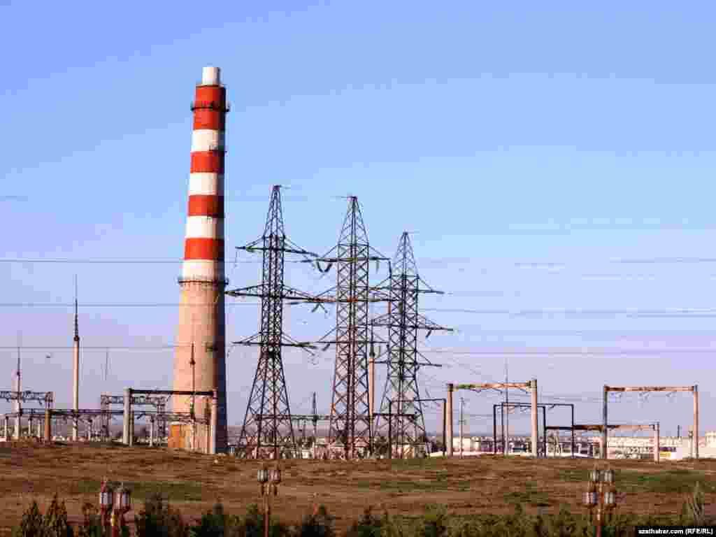 Aşgabadyň etegindäki elektrik stansiýasy, 2010-njy ýylyň dekabr aýy.