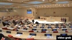 К работе над текстом той или иной резолюции грузинские депутаты традиционно подходят c двух сторон: парламентское большинство и меньшинство готовят два разных, а порой даже противоположных по содержанию варианта