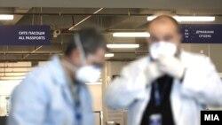 Скенирањето на патници со термална камера на меѓународниот аеродром во Скопје, како дел од превентивните мерки против коронавирусот.