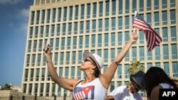 Տուրիստները ամերիկյան դրոշներ են թափահարում Հավանայում ԱՄՆ-ի՝ մի քանի օրից վերաբացվելիք դեսպանատան առջև, 20-ը հուլիսի, 2015թ․