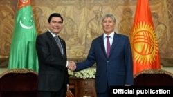 Turkmen President Gurbanguly Berdymukhammedov (left) and Kyrgyz President Almazbek Atambaev meet in Bishkek on August 5.